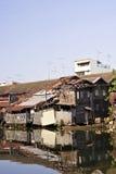 hus nära den gammala floden Arkivbilder