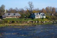 hus nära flod s Royaltyfri Fotografi