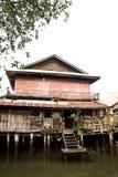 hus nära floden Fotografering för Bildbyråer