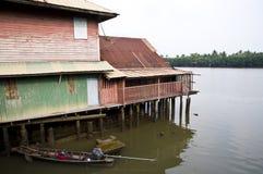 hus nära floden Royaltyfri Foto