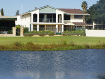 hus nära floden Royaltyfri Fotografi