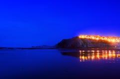 Hus nära havet med reflexioner på stranden arkivbild