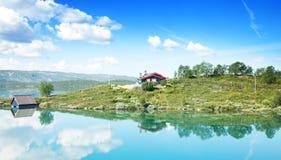 Hus nära laken Royaltyfri Fotografi