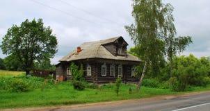 Hus nära vägen Royaltyfria Bilder