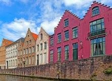 Hus near kanalen i Bruge, Belgien Fotografering för Bildbyråer