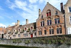 Hus near kanalen i Bruge, Belgien Arkivbild