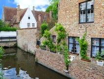 Hus near kanalen i Bruge, Belgien Arkivfoto