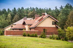 Hus near skogen Royaltyfri Foto