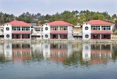 Hus near vatten Arkivbild