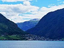 Hus norsk by, fjordbakgrund royaltyfri fotografi