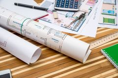 hus notepad, penna, linjal, kompass, räknemaskin arkivfoton