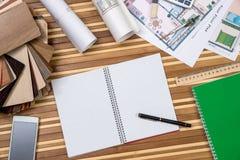 hus notepad, penna, linjal, kompass, räknemaskin fotografering för bildbyråer