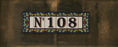 Hus nummer hundra och tecken åtta Royaltyfri Fotografi