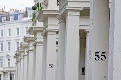 Hus nummer 55 på den vita pelaren i London Royaltyfria Bilder