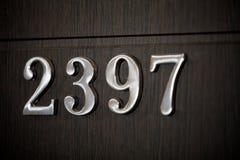 Hus nummer 23 tecken 97 två på trädörr arkivbilder