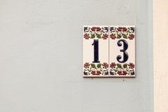 Hus nummer tretton, tecken på väggen Royaltyfri Fotografi