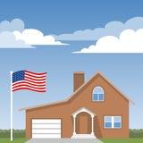 Hus och amerikanska flaggan Fotografering för Bildbyråer