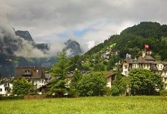 Hus och berg i Engelberg switzerland Arkivbilder