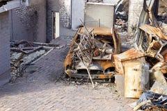 Hus och bil som förstörs av en enorm brand Royaltyfria Foton