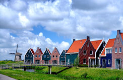 Hus och bron på marin- parkerar Volendam, Holland Arkivbild
