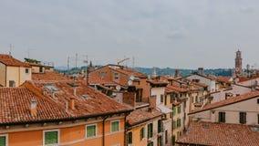 Hus och cityscape av Verona, Italien, med det Lamberti tornet, Veronas mest högväxta medeltida torn royaltyfria bilder
