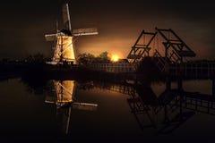 Hus och den jätte- holländaren på natten Royaltyfri Fotografi