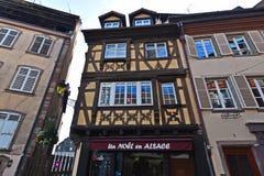Hus och diversehandel i det gamla stadområdet Strasbourg Royaltyfria Bilder