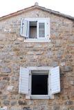 Hus och fönster Arkivfoto