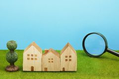 Hus och förstoringsglas på grönt gräs Royaltyfria Foton