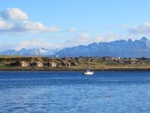 Hus och fartyg i Ushuaia, Patagonia Fotografering för Bildbyråer