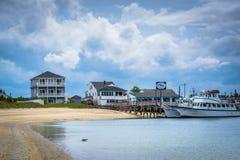 Hus och fartyg längs Hampton Harbor, i Hampton Beach, ny skinka Royaltyfri Bild