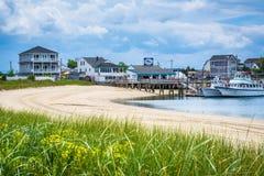 Hus och fartyg längs Hampton Harbor, i Hampton Beach, ny skinka Royaltyfria Bilder