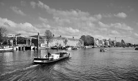 Hus och fartyg på den Amsterdam kanalen Royaltyfri Foto