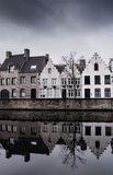 Hus och kanal Arkivfoton