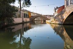Hus och kanal i Comacchio, Italien royaltyfri fotografi