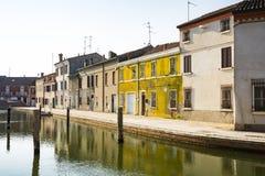 Hus och kanal i Comacchio, Italien royaltyfri foto
