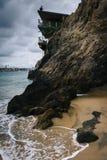 Hus och klippor i Corona del Mar, Kalifornien Arkivfoto
