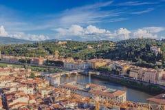 Hus och kullar av Arno River i Florence, Italien royaltyfria bilder