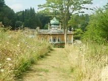 Hus och kupol från den lösa trädgården Arkivfoton