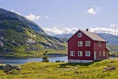 Hus och lake Royaltyfri Bild