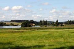Hus och lake Arkivfoto