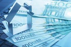 Hus och pengar över bärbar datortangentbordet Royaltyfri Foto
