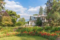 Hus och rabatter för vicevärd` s på Summerland dekorativa trädgårdar royaltyfri foto