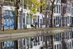 Hus och reflexioner på kajsidan Arkivfoto