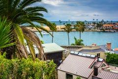 Hus och sikten av Newport sätter på land, från Corona del Mar Arkivfoto
