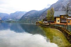 Hus och sjö i Hallstatt Bahnhst Royaltyfria Bilder