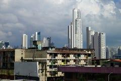 Hus och skyskrapor för fattig grannskap på bakgrunden i Panama City, Panama Royaltyfri Bild