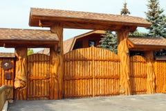 Hus och staket av trä royaltyfria foton