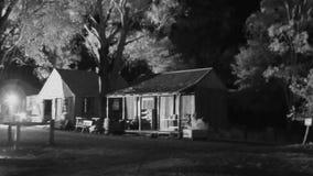 Hus och träd i svartvitt arkivfilmer
