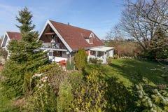 Hus och trädgård i Danmark Royaltyfri Fotografi